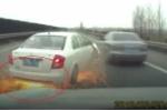 Clip: Ô tô va vào rào chắn, mài lốp trên mặt đường tóe lửa