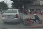 Ô tô xi-nhan muộn, người đi xe máy ngã sõng soài giữa ngã tư