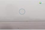 Clip: Chàng trai chạy 'thục mạng' đuổi theo vé máy bay ở phi trường Bắc Kinh