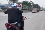 Nam thanh niên dùng chân lái xe, đánh võng trên quốc lộ