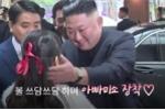 Clip: Ông Kim Jong-un dành cử chỉ đặc biệt cho bé gái tặng hoa ở Hà Nội
