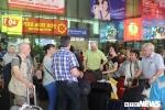 Việt kiều, khách nước ngoài ùn ùn 'đổ bộ', sân bay Tân Sơn Nhất quá tải