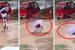 Clip: Kinh hãi khoảnh khắc miệng cống nuốt chửng 2 bé gái trên đường ngập