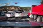 Xe tải 'điên' vượt đèn đỏ, tông nát xe con