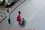 Video: Thấy bé trai bị xe đâm, cậu bé 7 tuổi có hành động khiến tất cả người lớn phải xấu hổ
