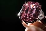 Video: Cận cảnh viên kim cương hồng quý hiếm giá 1.160 tỷ đồng