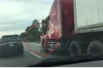 CSGT bám đầu container, bị tài xế đánh lái hất văng xuống đường