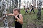 Video: Bé gái tay không đấm gãy thân cây trong 1 phút
