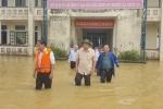 Bộ trưởng Trương Minh Tuấn lội nước vào thăm các đơn vị ở 'rốn lũ' Thừa Thiên - Huế