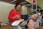 Video: Những gia đình bệnh nhân nghèo sống trong xóm trọ bị cháy ở Đê La Thành giờ ra sao?