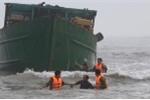 Gặp sương mù dày đặc, tàu thép chở 4 thuyền viên mắc cạn