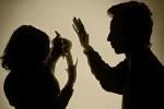 Khởi tố gã chồng nhẫn tâm chích điện vợ suýt chết
