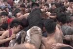 Clip: Hãi hùng cảnh tượng trèo lên đầu nhau cướp quả phết tại hội phết Hiền Quan
