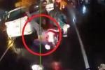 Clip: Áo mưa cuốn vào bánh xe máy, cô gái ngã lộn cổ xuống đường