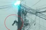 Video: Thợ sửa điện nằm vắt vẻo trên đường dây cao thế đang bốc cháy dữ dội