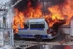 Clip: Ô tô du lịch bốc cháy đùng đùng khi đậu trước cổng nhà