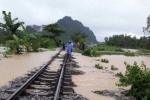 Giải cứu tàu chở hơn 140 hành khách bị lũ vây ở Quảng Bình