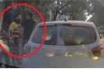Clip: Bị xe ôm công nghệ thách thức, tài xế ô tô rút gậy 3 khúc đáp trả