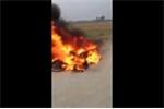 Clip: Cẩu tặc bị dân vây đánh, đốt xe máy