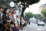 Dân Hà Nội đứng dọc đường từ sân bay vào trung tâm chờ đón Tổng thống Trump