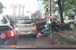 Clip: Taxi trả khách giữa ngã tư đèn đỏ, người đi xe máy ngã nhào vào vũng nước