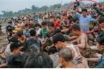 Ảnh: Phóng viên lội bùn, lăn xả ghi cảnh trai làng cướp phết cầu may