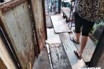 Rùng mình cảnh sống trong chung cư mục nát, 'nhún mạnh là sập' ở TP.HCM