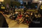 Hàng trăm cảnh sát bao vây nhóm thanh niên tụ tập trà đá giữa ngã tư Hà Nội