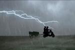 Đi xe máy dưới trời mưa dông, 2 người bị sét đánh chết