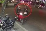 Clip: Cướp chạy xe máy giật điện thoại của cô gái đi bộ trên phố Hà Nội