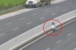 Clip: Xe máy chạy ngược chiều vào làn 120 km/h trên cao tốc Hà Nội - Hải Phòng