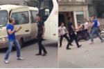 Clip: Va chạm giao thông, tài xế xe khách lao vào nhau 'tỉ thí võ nghệ'