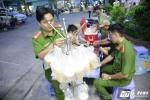 Trưởng Công an phường cùng đồng đội nấu cháo cho bệnh nhân nghèo Sài Gòn