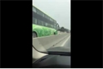 Hoảng hồn clip xe khách ngang nhiên phóng ngược chiều trên quốc lộ