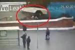 Clip: Khoảnh khắc xe buýt lao xuống hầm đi bộ, đâm nhiều người ở Matxcơva