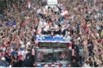 Á quân World Cup 2018 Croatia trở về giữa biển người và khói pháo