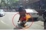 Clip: Hoảng hồn xe tay ga đang đi đột ngột bốc cháy trên phố Hà Nội