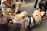 3 thanh niên đầu trần lái xe máy tông CSGT ngã xuống đường