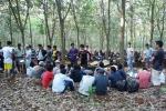 Video: Cảnh sát vây ráp, nổ súng bắt sòng bạc giữa rừng