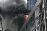 Clip: Cháy tòa nhà đang xây ở Cầu Giấy - Hà Nội, khói đen cuồn cuộn kín trời