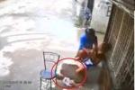 Clip: Cướp giằng điện thoại trên tay mẹ khiến em bé ngã đập đầu xuống đường