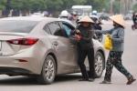 Phe vé chèo kéo ra tận cửa ô tô trước trận U23 Việt Nam gặp Uzbekistan