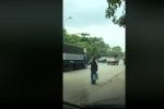 Clip: Tài xế xe tải đốn tim cư dân mạng nhờ hành động cực đẹp này