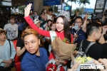 Hoa hậu Hương Giang diện áo dài, bất ngờ khi bị fan vây kín tại sân bay