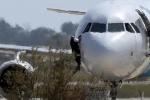Đang cướp máy bay, không tặc từ bỏ toàn bộ kế hoạch chỉ để đổi lấy vài cốc bia