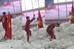 Xúc động khoảnh khắc Duy Mạnh cắm cờ Tổ quốc, cúi chào ở Thường Châu
