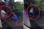 Clip: Đánh lái 'thần sầu' tránh tai nạn, thanh niên đi xe máy bay thẳng vào bụi rậm