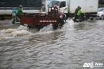 Thi THPT Quốc gia 2017: Mưa lớn bất ngờ ở TPHCM, phụ huynh vượt 'sông' đưa thí sinh về nhà