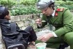 Chiến sĩ cảnh sát đút từng thìa thức ăn cho người lang thang khiến dân mạng hết lời khen ngợi