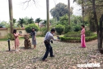 Anh: Con duong la vang ruc ro giua long Ha Noi hut hang nghin ban tre hinh anh 8
